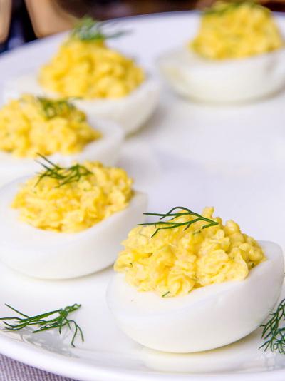 Яйца, фаршированные сыром и чесноком.