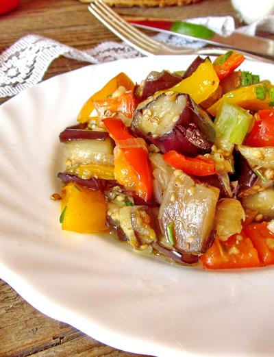 Тёплый салат из баклажанов и помидор. Рецепт с фото.