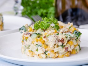 Салат «Нежность» с курицей и кукурузой. Пошаговый рецепт.