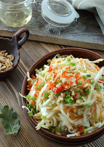Простой салат из белокочанной капусты.