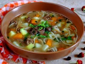 Суп из куриной печени с вермишелью, тимьяном и чесноком.