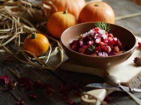 Простой салат из запеченной свёклы и маринованных огурцов с луком и чесноком.