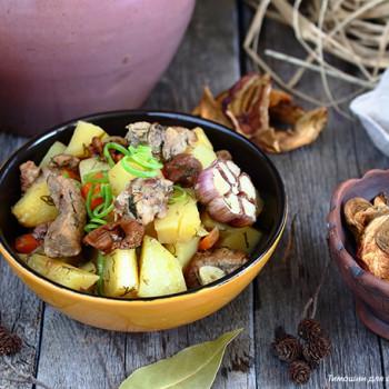 Картофель тушеный в горшочке, со свининой.