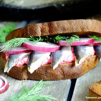 Бутерброд с оригинальной творожной намазкой и салакой пряного посола на цельнозерновом хлебе.